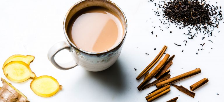 Hjemmelavet chailatte på mandelmælk
